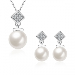 "Collier et boucles d'oreilles collection "" Perluxe"""